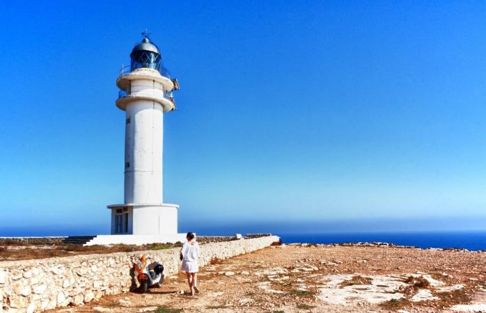 İspanya'da gezilecek yerler- Formentera Deniz Fenerini gezen bir kadın.
