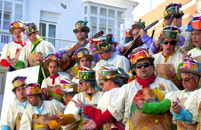 İspanya'da gezilecek yerler- Cádiz karnavalında kalabalığa serenat yapan erkekler.