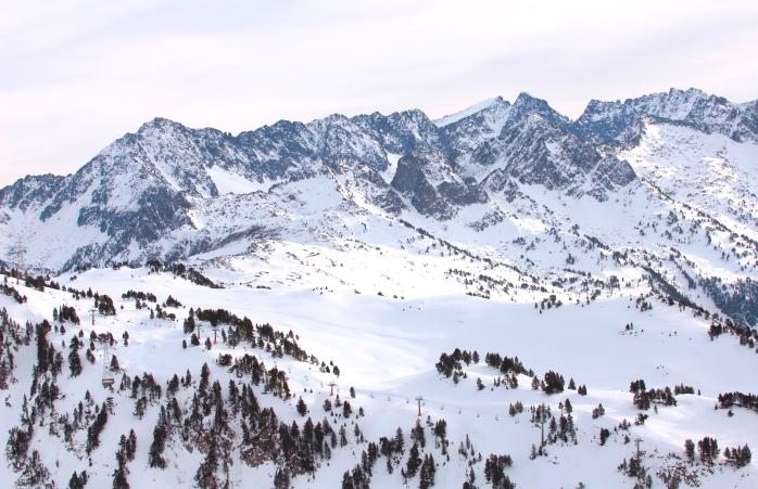İspanya'da gezilecek yerler- Baqueira-Beret kayak merkezinde karlı bir vadi.