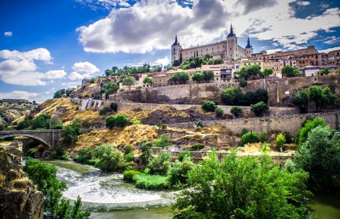İspanya'da gezilecek yerler- Alcázar kalesi Toledo'nun en yüksek noktası olarak gururla yükselmektedir.
