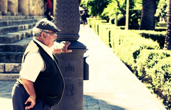 İspanya'da gezilecek yerler- Sıcak bir yaz gününde elektrik direğinin yanında dinlenen yaşlı bir Sevilla'lı.