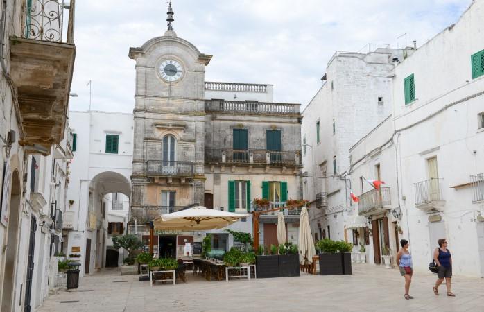 Puglia gezilecek yerler- Puglia'nın küçük köylerinden biri olan Cisternino'nun ana meydanı