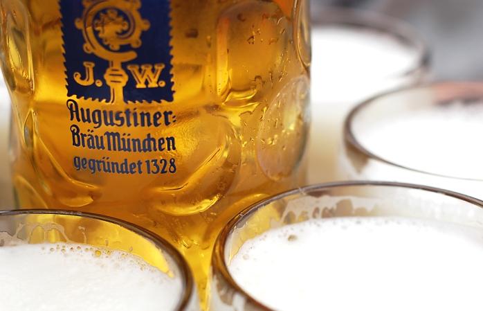 Susamış sahiplerini bekleyen iki Oktoberfestbier bardağı.