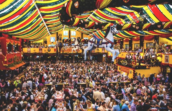 Oktoberfest 2013'te tıka basa dolu bir Hippodrom salonu.