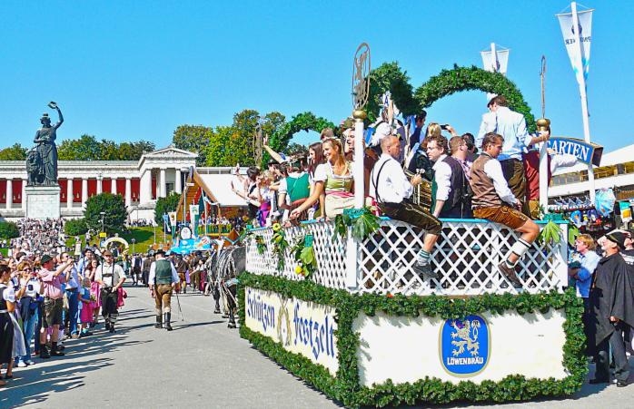 Neşeli bir kalabalık Bavyera heykelinin çevresinde toplanarak Oktoberfest kutlamasının açılışını kutluyor.