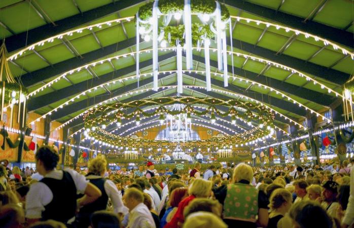 Oktoberfestbier içmek için büyük içki çadırlarından birinde toplanmış binlerce bira tutkunu.